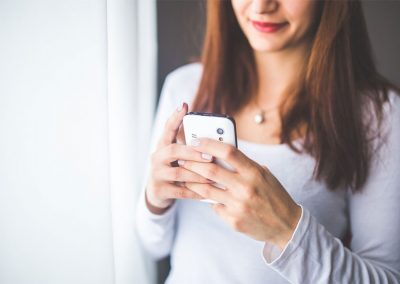 woman-with-phone_800x549